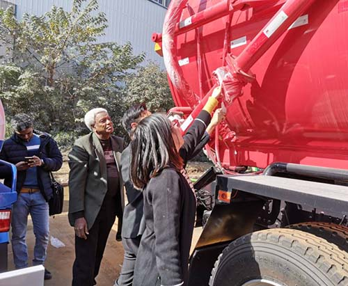 Customers From Kenya Come To Visit CLVEHICLES.COM And Study Vacuum Truck